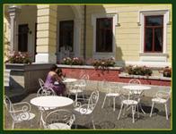 Der Nachmittags-Kaffee, genossen auf der Schloßterrasse, schenkt einen herrlichen Blick über die wundervollen Parkanlagen.