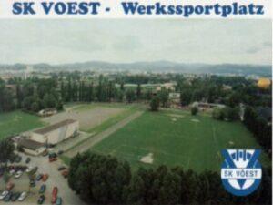 Der Werkssportplatz des SK VÖEST – von 1954 bis 2004. Das Bild ist als Postkarte erhältlich. Anfragen unter aglas@oepb.at er Nachfahren