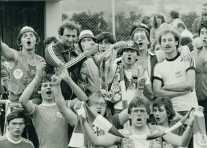 Publikumsliebling der Fans, der Kärntner Manfred Mertel, der 1983 zum Doktor der Juristerei in Linz promovierte. Hier im Kreise des damaligen VÖEST-Fanklubs ,Blue Army´.