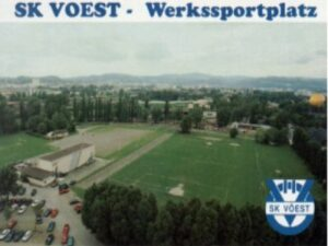 SK VÖEST-Werkssportplatz Eine Din A6-Postkarte vom Sportplatz mit einer Aufnahme aus dem Jahre 1998 ist zum Preis von EUR 1,- über aglas@oepb.at zu beziehen.