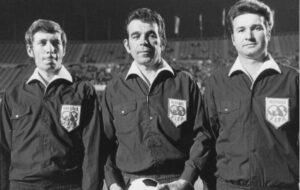 Finale im Europacup der Pokalsieger 1970 im Wiener Praterstadion zwischen Gornik Zabce und Manchester City (1 : 2) mit den Linienrichtern Franz Wöhrer (rechts) und Erich Linemayr (links). Spielleiter war Paul Schiller. Foto: wienerschiri.at