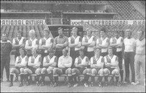 Mannschaftsfoto Feyenoord Rotterdam 1976/77. Willy Kreuz sitzend der Dritte von links.