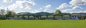 Panorama-Blick auf die seit 1994 bestehende Haupttribüne im Linzer Donaupark-Stadion - im Hintergrund die Eisenbahnbrücke und der Pöstlingberg. Foto: berndpeta.at