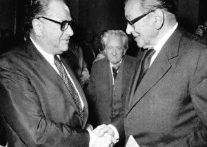 Am 16. Oktober 1979 … wird der ,Große Österreichisches Staatspreis für Literatur´ an Friedrich Torberg (rechts) verliehen. Bundeskanzler Dr. Bruno Kreisky gratuliert herzlichst. Foto: www.wien.gv.at