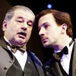 Der alte und der junge Hans Moser, gespielt von Erwin Steinhauer und Florian Teichtmeister. Foto: Josefstadt