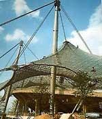 Auch das hängende Tribünendach des Olympiastadions München, 1972 zu den olympischen Spielen feierlich eröffnet, wurde von der VÖEST gefertigt.