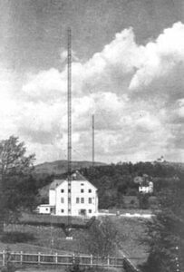 Der Linzer Sender nach seiner Fertigstellung 1928.  Im Hintergrund erkennt man den Pöstlingberg