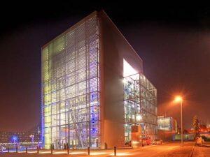 Das aufsehenerregende Gebäude wurde vom Linzer Büro Schremmer-Jell als Sieger eines Architekturwettbewerbs geplant.