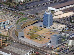 """Die neuen Gebäude rund um den """"Blauen Turm"""". Die voestalpine Stahlwelt befindet sich rechts unten, links davon ist die neue Verkaufs- und Finanzzentrale."""