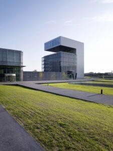"""85 Millionen Euro ließ sich die voestalpine ihre """"Stahlwelt"""" kosten. Der architektonisch fesselnde Gebäudekomplex setzt ein Zeichen gegen die Krise."""