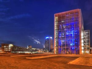 """Westlich des """"blauen Turms"""" präsentiert die voestalpine die Welt des Konzerns und den Werkstoff Stahl mit seinen facettenreichen Möglichkeiten. Alle Fotos: voestalpine"""