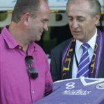 FAK AG-Vorstand Thomas Parits (rechts) gratuliert Herbert Prohaska mit einer violetten Torte.