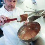 Star-Koch Christian Petz bei der Kombination von Kaffee und Schokolade.