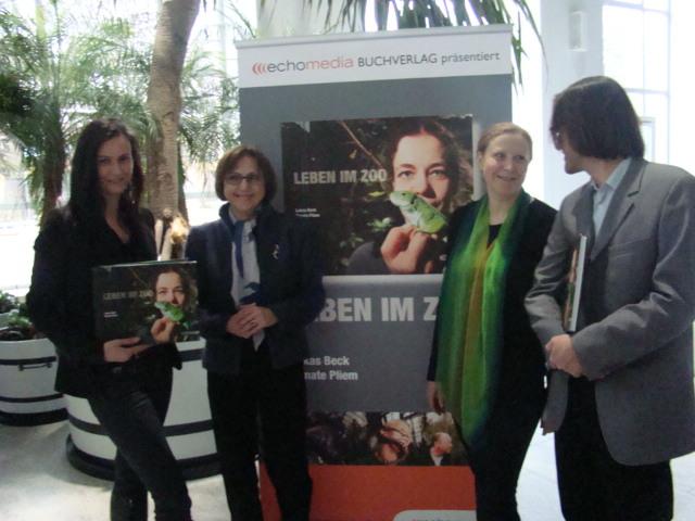 V.l. Helmreich (Verlag), Schratter (Direktorin), Pliem (Verfasser), Beck (Foto)