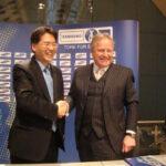 Bangseob Choi (Samsung, links) und Leo Windtner (VFB-Prdsident)
