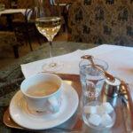 Das Wiener Kaffeehaus - im Bild das Cafe Weimar in Wien-Alsergrund - als gastronomische Einrichtung ist eine typische Wiener Institution. Die Wiener Kaffeehauskultur gehört seit Herbst 2011 zum immateriellen Kulturerbe der UNESCO. Foto: oepb