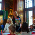 Kindergarten-Tante uber die mal-begeisterten Kinder