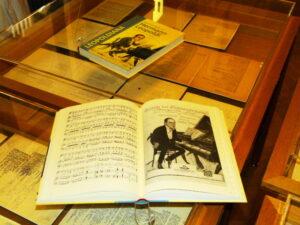 LEOPOLDIANA. Die zweibändige Edition enthält die Lieder Hermann Leopoldis und 11 Lieder von dessen Bruder und Mitarbeiter Ferdinand Leopoldi. Herausgegeben von Ronald Leopoldi.
