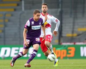 Georg Margreitter (links) schirmt den Ball geschickt vor dem heranbrausenden Stefan Maierhofer (Salzburg) ab. Foto: GEPA