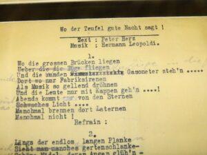 Zahlreiche originale Textmanuskripte sind in Vitrinen ausgestellt. Foto: oepb