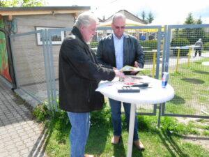 Willi Kreuz, links, im Gespräch mit dem oepb.