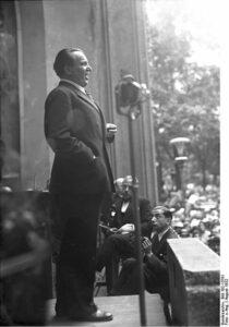 Richard Tauber singt in einer Wohltätigkeitsmatinee für die Künstleraltershilfe im Berliner Zoo. Die Georg Pahl-Aufnahme stammt vom August 1932. Bundesarchiv, Bild 102-13781 / CC-BY-SA