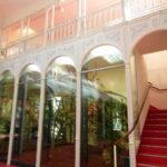 Die Galerie im Affenhaus ist über eine Stiege und einen Lift erreichbar.