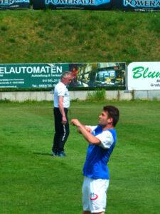 Dreifacher Torschütze Dario Tadic (Vordergrund) und sein Förderer, FAK-Urgestein Robert Sara.