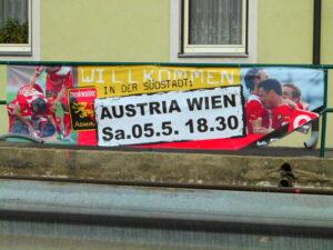 Spielankündigung an der B17 in Vösendorf.