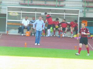 Simmering-Coach Christian Prosenik (blaues Hemd) ...