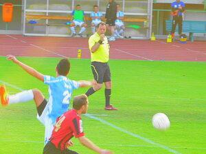 Schiedsrichter Franz Krivanek sorgte oftmals für Kopfschütteln unter den Beteiligten.