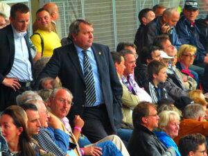 Wiener Fußballverband-Präsident und Ex-Schiedsrichter Robert Sedlacek (stehend).