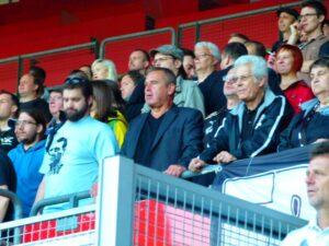 """Inmitten """"seiner"""" Fans und gebannt vom Spielgeschehen. WSK-Präsident Udo Huber (Bildmitte, schwarzes Sakko)."""