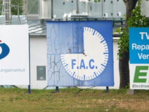 Blick auf die ausrangierte FAC-Stadionuhr.