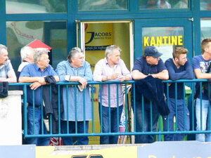 Aufmerksamer Beobachter gestern unter anderem war der Ex-Internationale Ernst Baumeister, derzeitiger Trainer von Union Mauer (Bildmitte violettes Hemd).