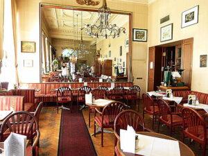 Typisch für die alten Wiener Ringstraßen-Cafés, aber nicht nur für die, war und ist bis in die heutige Zeit das imposante Innenleben ...