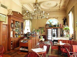 ... ein großer Spiegel, herrliche Luster, eine Stuckdecke und zahlreiche Sitzgelegenheiten standen und stehen für Wiener Kaffeehaus-Tradition.
