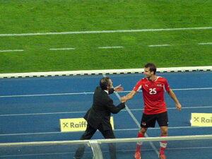 Teamchef Marcel Koller beglückwünscht Ivanschitz zu seiner Leistung. In der 62. Minute kam für den Elfmeter-Schützen Jakob Jantscher.