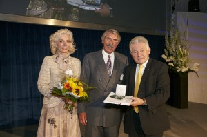V.l.: Nora und Christian Trierenberg, LH Dr. Josef Pühringer. Foto: TANNPAPIER