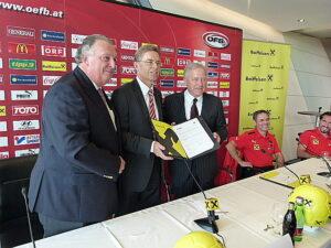 Das Teamwork geht weiter: V.l.: ÖFB-General Alfred Ludwig, Raiffeisen-Geschäftsführer Dr. Leodegar Pruschak und ÖFB-Präsident Dr. Leo Windtner. Foto: oepb