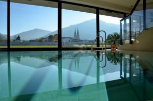 Das älteste Kloster der Steiermark spiegelt sich im Hallenbad des ****Hotels. Foto: Medienmanufaktur Admont/Ernst Reichenfelser