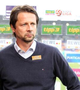 Ein sichtlich gezeichneter RAPID-Trainer Peter Schöttel nach dem Spiel beim TV-Interview. Foto: GEPA
