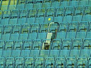 Auf eben dieser Blauen Tribüne ist ein Sitz schwarz-weiß eingefärbt. Dieser erinnert an Rudolf Köhler, seines Zeichens Gründungsmitglied, Obmann und Ehrenobmann der Anhängervereinigung des Wiener Sport-Club und 2004 verstorben. Foto: oepb