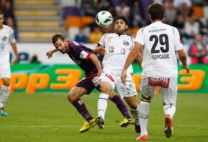 Erneut Tomas Simkovic (FAK), links gegen Michele Polverino und 0 : 1-Torschützen Mihret Topcagic (WAC). Foto: GEPA