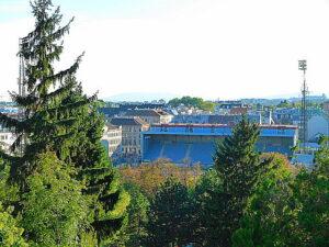 """Wenn man den Dornbacher Friedhof erklimmt, erhält man von ganz oben einen Blick auf den Sportclub-Platz und die """"Blaue Tribüne"""". Foto: oepb"""