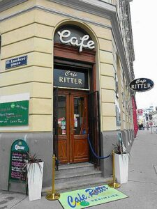 Im Wiener Cafe Ritter in Ottakring erinnert man sich selbst noch 20 Jahre nach seinem Ableben gerne an ihn, war er doch ein leidenschaftlicher Karten-Spieler. Foto: oepb