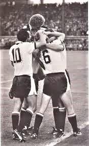 Gernot Jurtin´s Treffer zum 5 : 0 beim 5 : 1 gegen Finnland 1981 wird von Kurt Welzl (Nr. 10), Herbert Prohaska (obenauf), Roland Hattenberger (Nr. 6) und Hans Krankl (verdeckt) bejubelt.