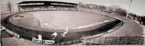 Das Linzer Stadion, aufgenommen von der Stadionuhr, im Frühjahr 1972. Zu LASK vs. SK VÖEST kamen 30.000 Besucher.