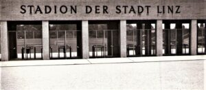Die Sitzplatzüberdachung - siehe am Bild im Stadioninneren links - kam erst 1971. 32.000 Zuschauer passierten die Drehkreuze 1968 beim ersten Länderspiel des ÖFB auf Nicht-Wiener-Boden.