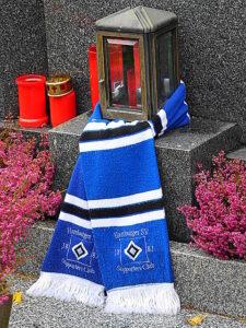 Der Supporters Club des HSV besuchte im Oktober 2012 die letzte Ruhestätte von Ernst Happel in Wien-Hernals. Foto: oepb